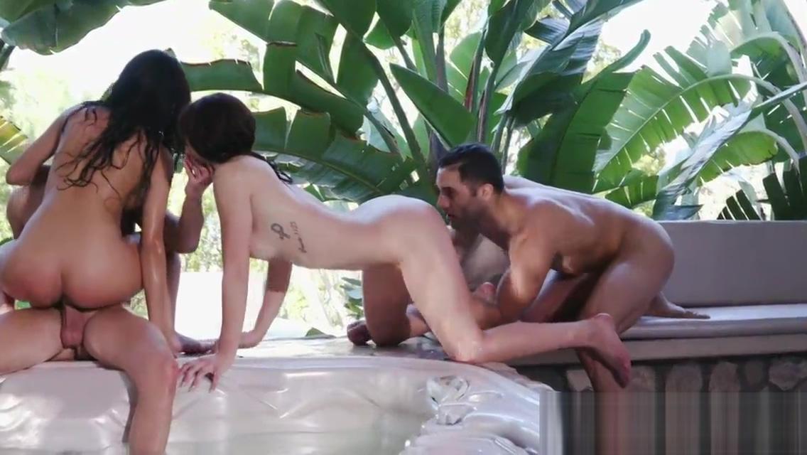 Wet Foursome With Leah Gotti And Sophia Leone