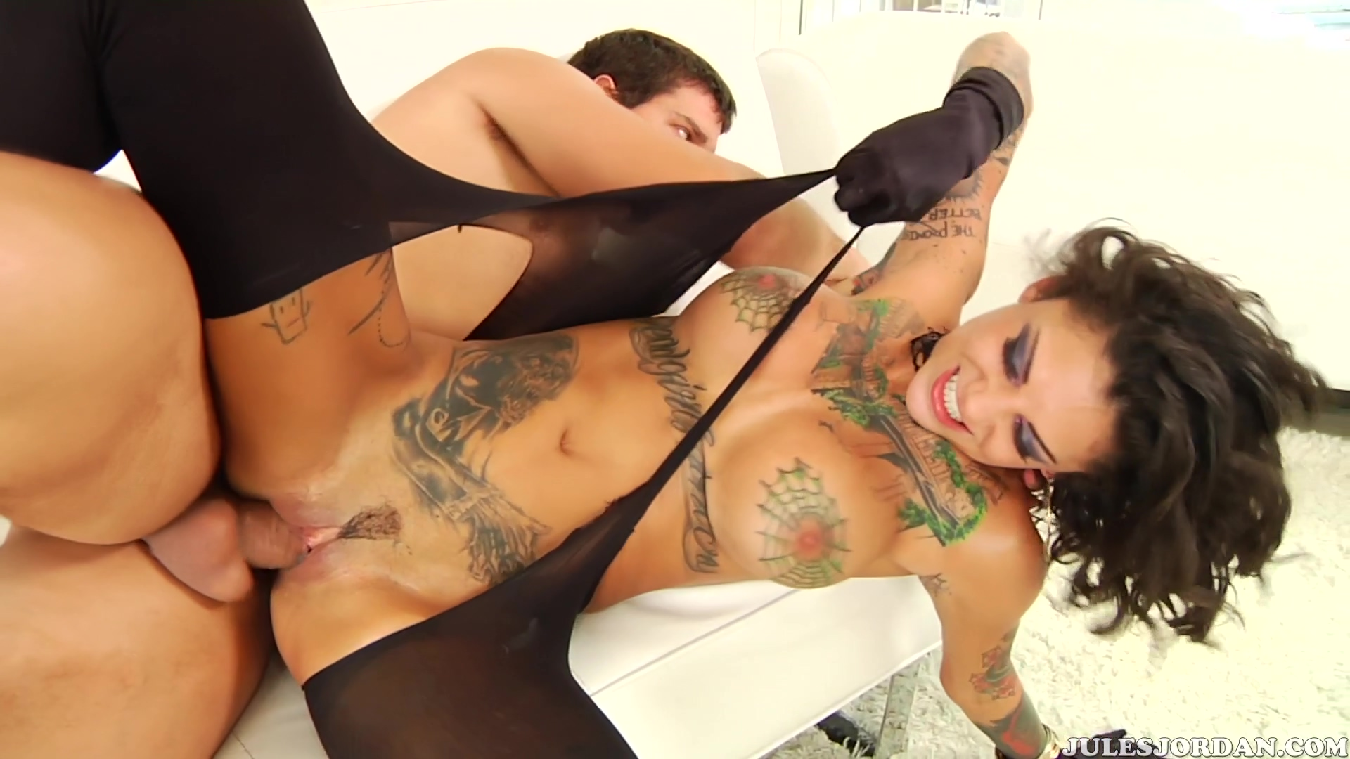 Bonnie Rotten Feels Her Ass On Fire