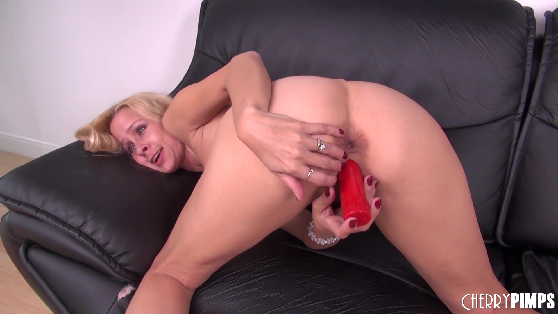Payton Leigh penetrates her pussy with a toy